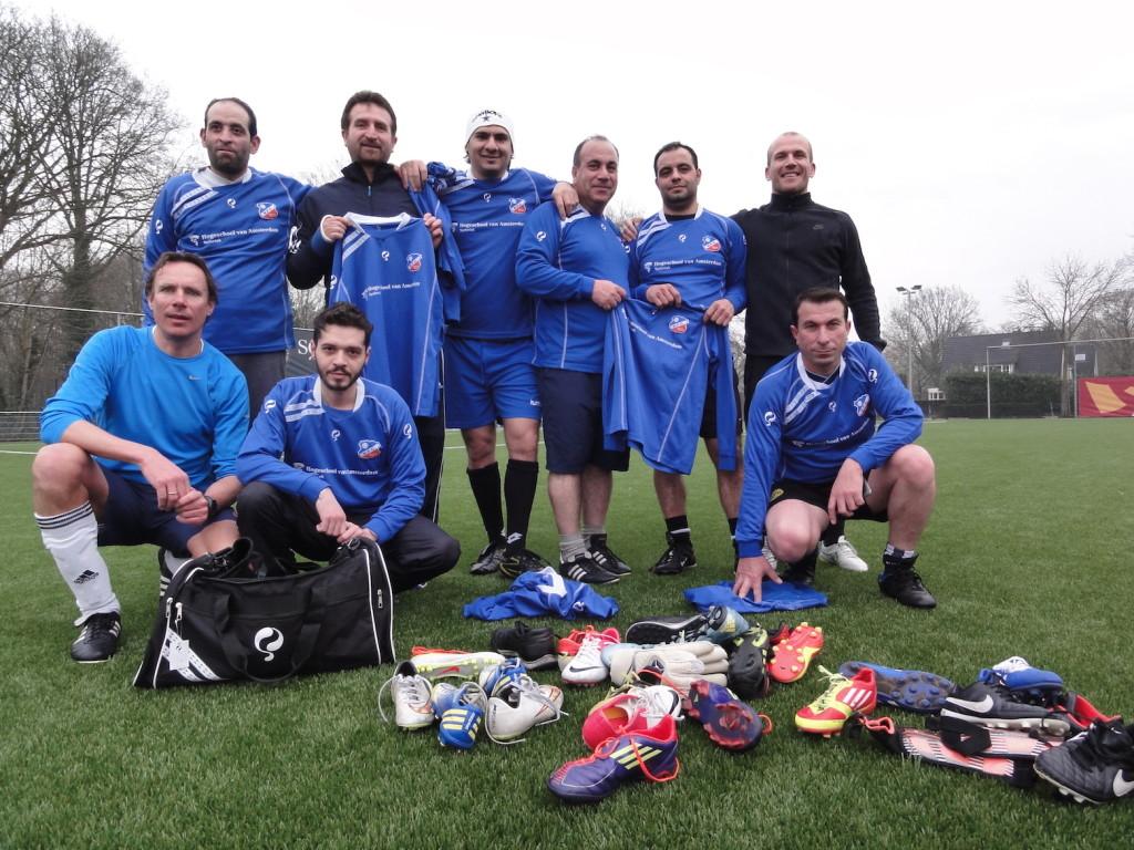 Voetbalclub BFC schenkt kleding aan Syrische vluchtelingen
