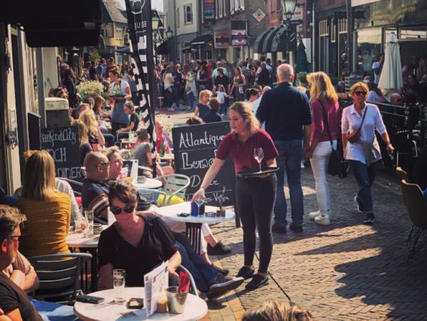 Kapelstraat Bussum: terras hotspot 't Gooi